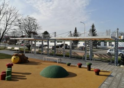 Obr. 11 - Ocelová pergola na dětském hřišti v centru Otrokovic